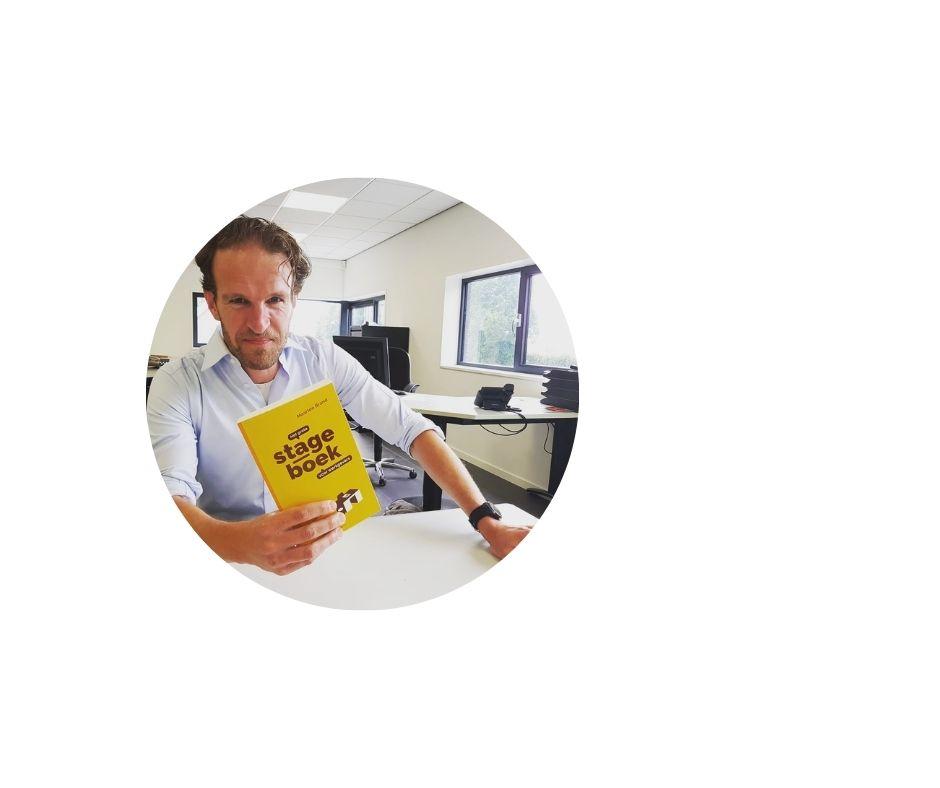 Maarten Brand met Het grote Stageboek voor Werkgevers Blog thumbnail